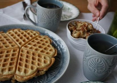 Framdukat med paleovåfflo, stekt banan och kaffe.