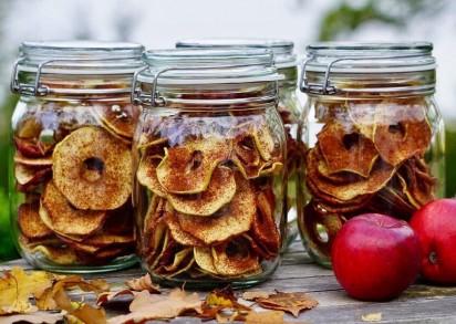 Tre glasburkar fyllda med torkade äppelringar