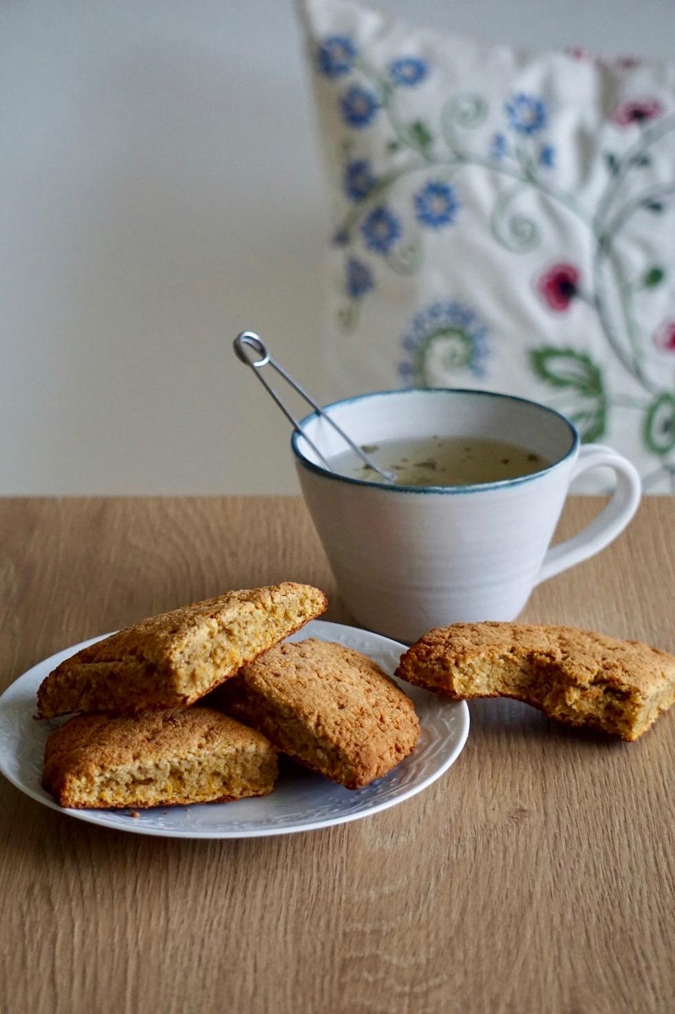 Morotsscones på ett fat bredvid en kopp te