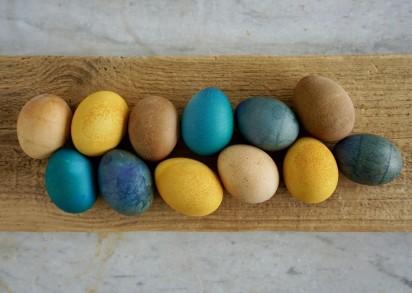 Naturfärgade ägg ligger upplagda på en bräda