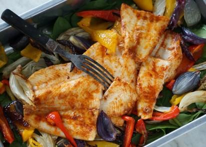 en Rökig fiskfile serveras direkt i formen där den ligger på en bädd av grönsaker