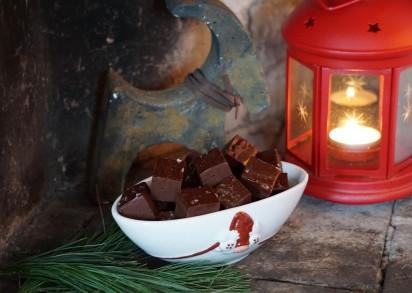 Julig bild på mörk chokladfudge och en liten lyckta