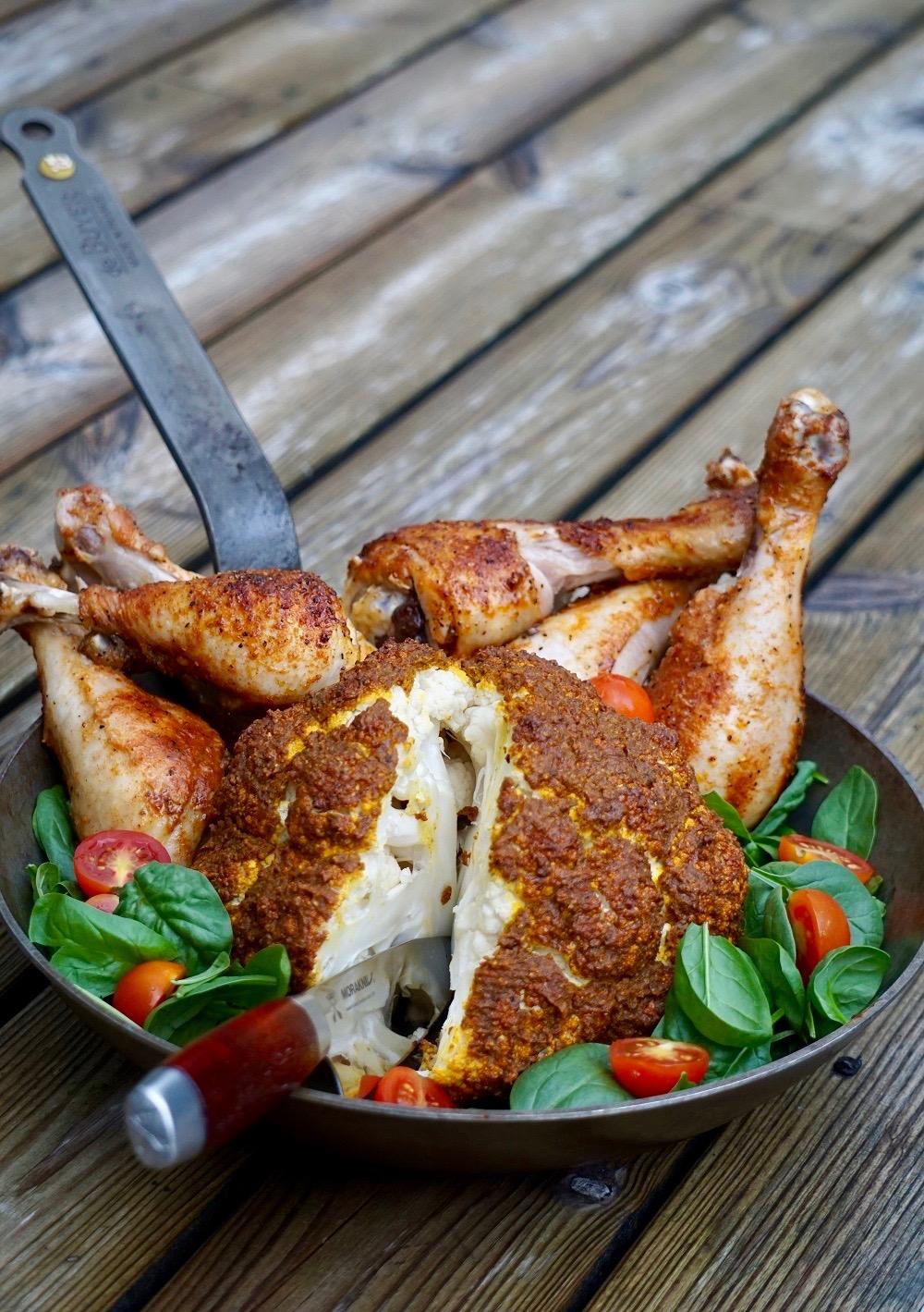 Helrostad Blomkål serverad tillsammans med grillade kycklingben
