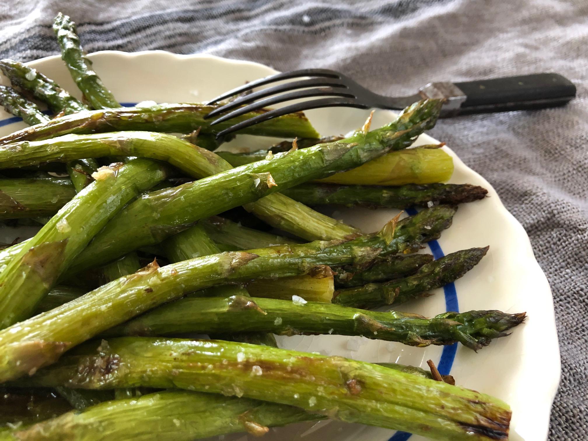 Grön sparris på ett fat redo att ätas