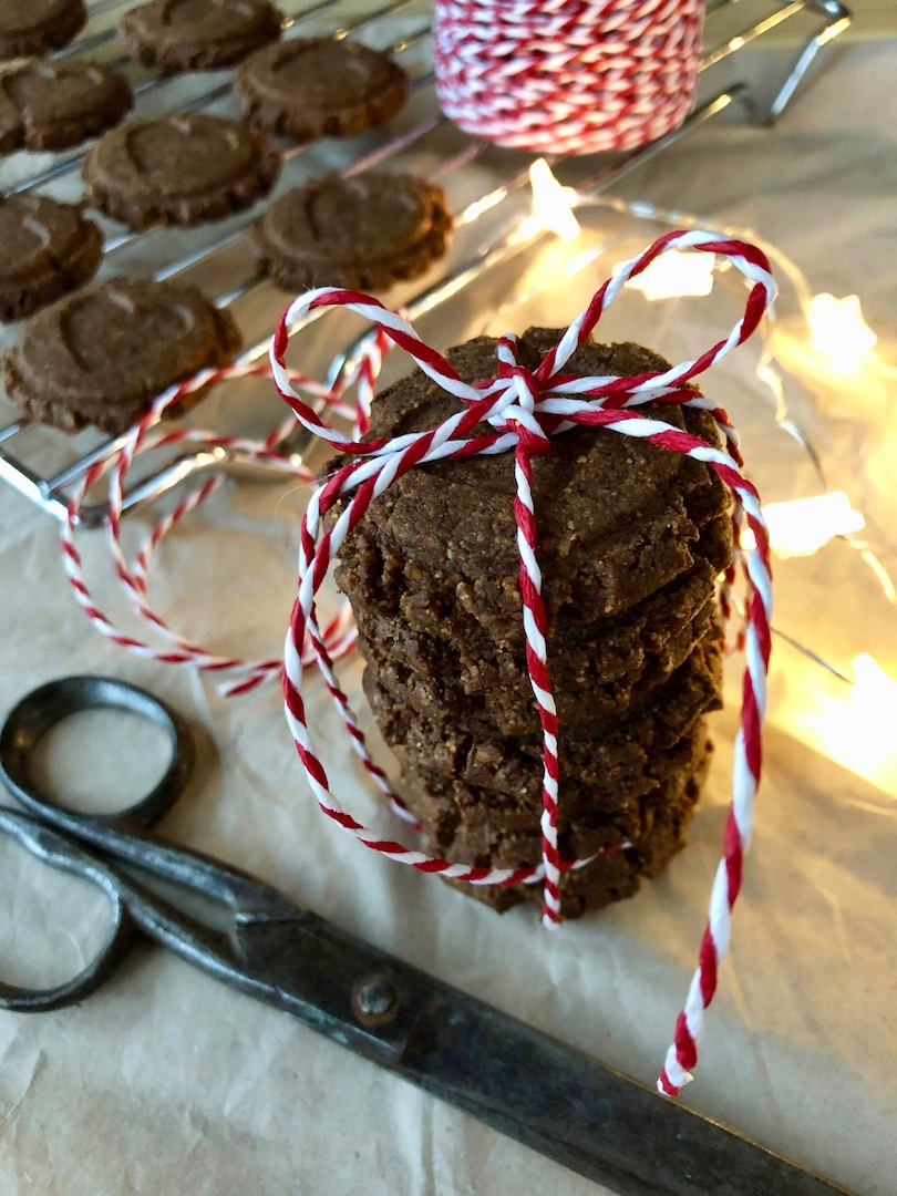 En trave med Pepparkakscookies med snöre runt om