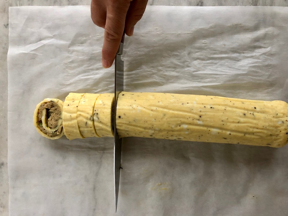 Tonfiskrullen skärs i bitar