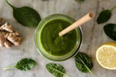 Grön hälsosmoothie i glas