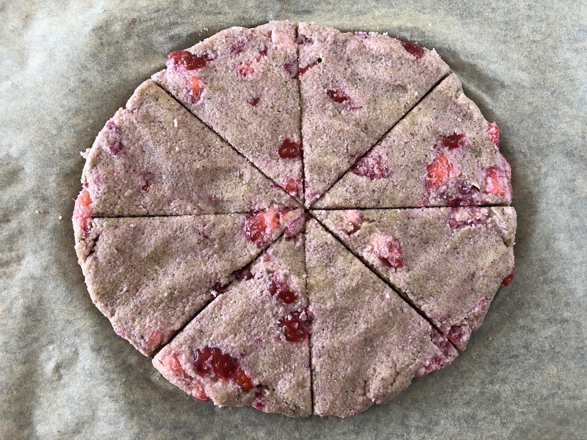 """Jordgubbsscones redo för ugnen, delad i 8 fina """"tårtbitar"""""""