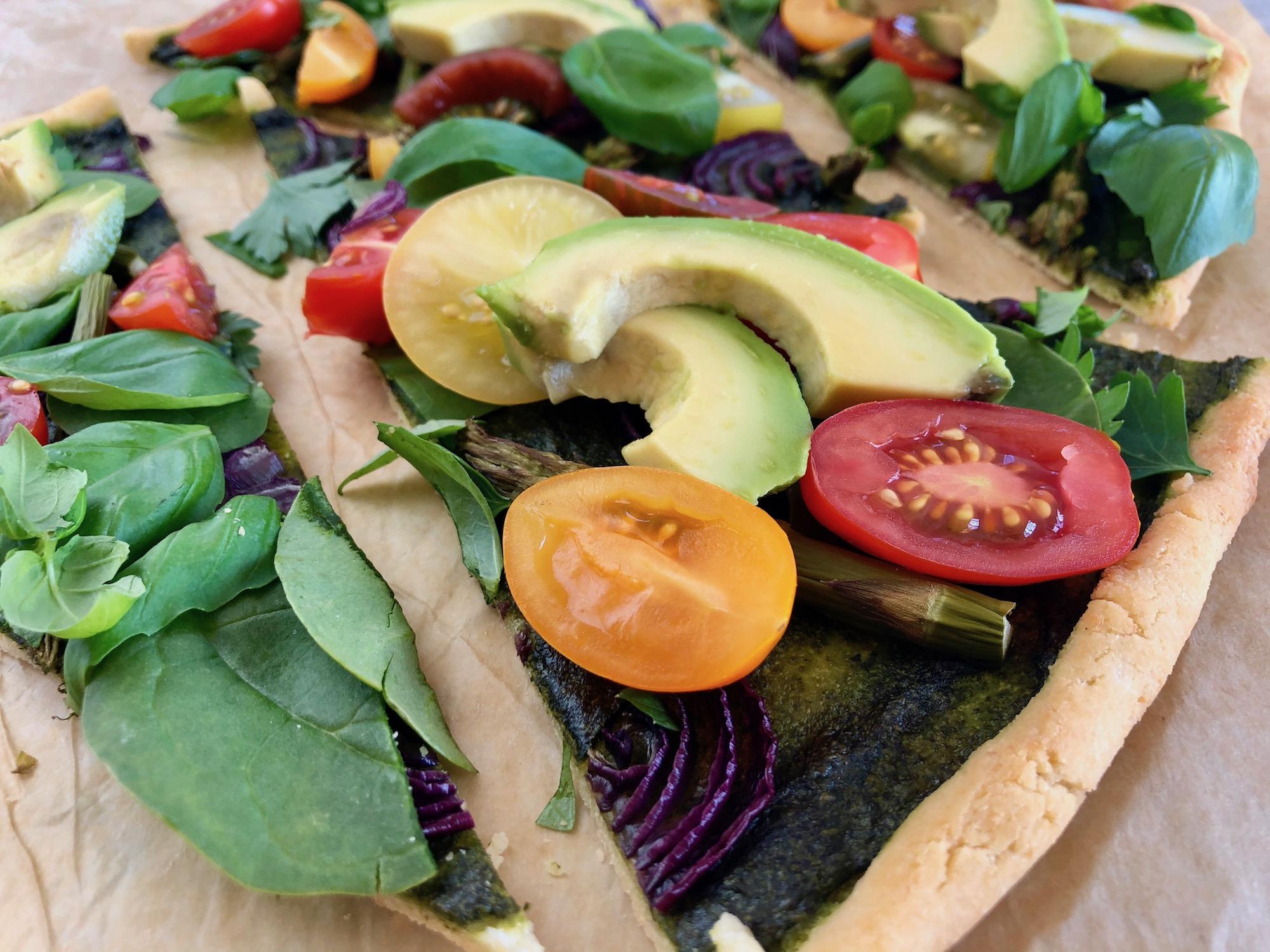 Grön pizza med avokado
