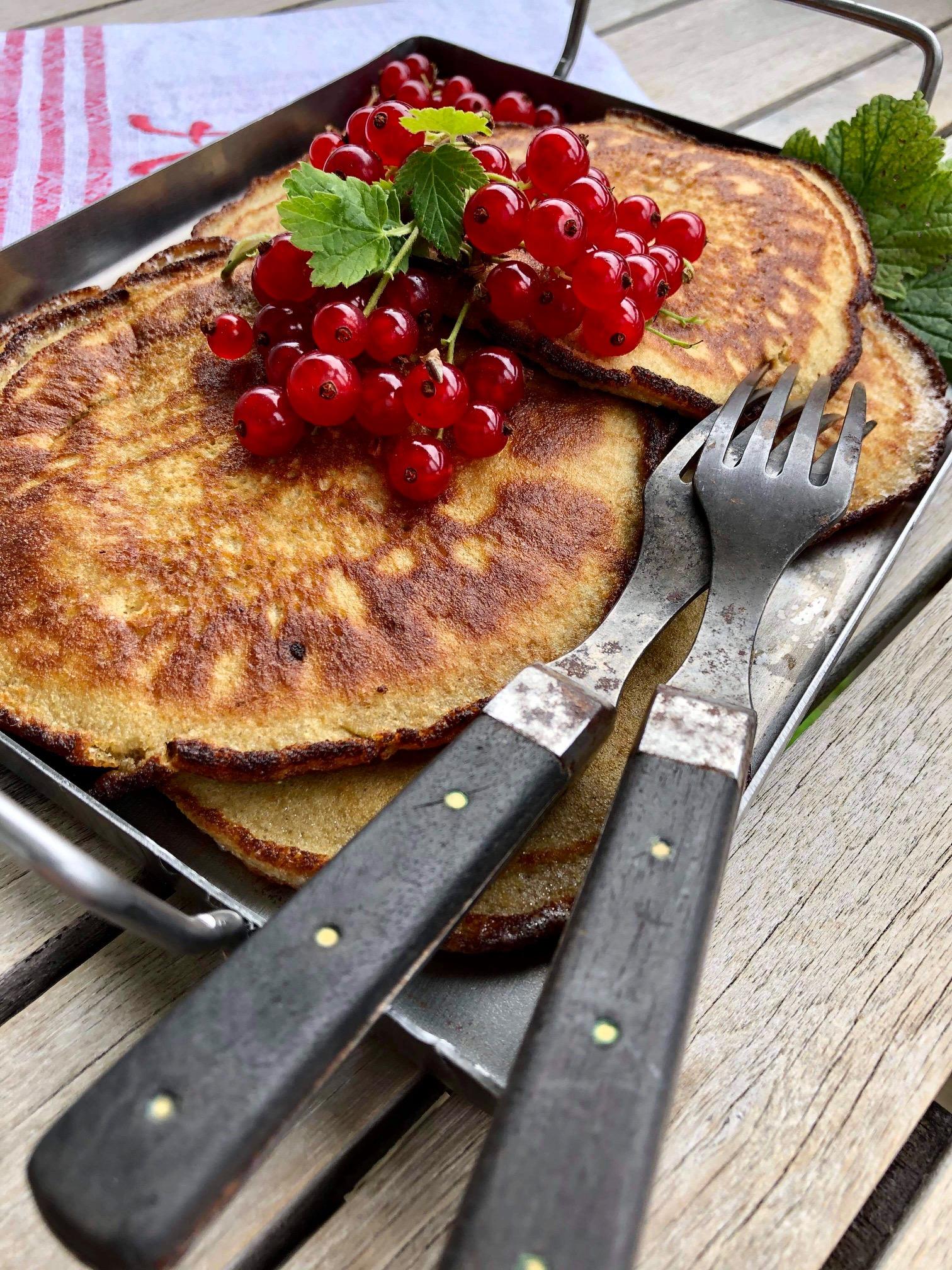 Pannkakor på sötpotatismjöl toppade med röda vinbär