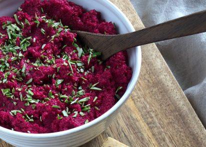 Rostad rödbetsspread i en skål på en skärbräda