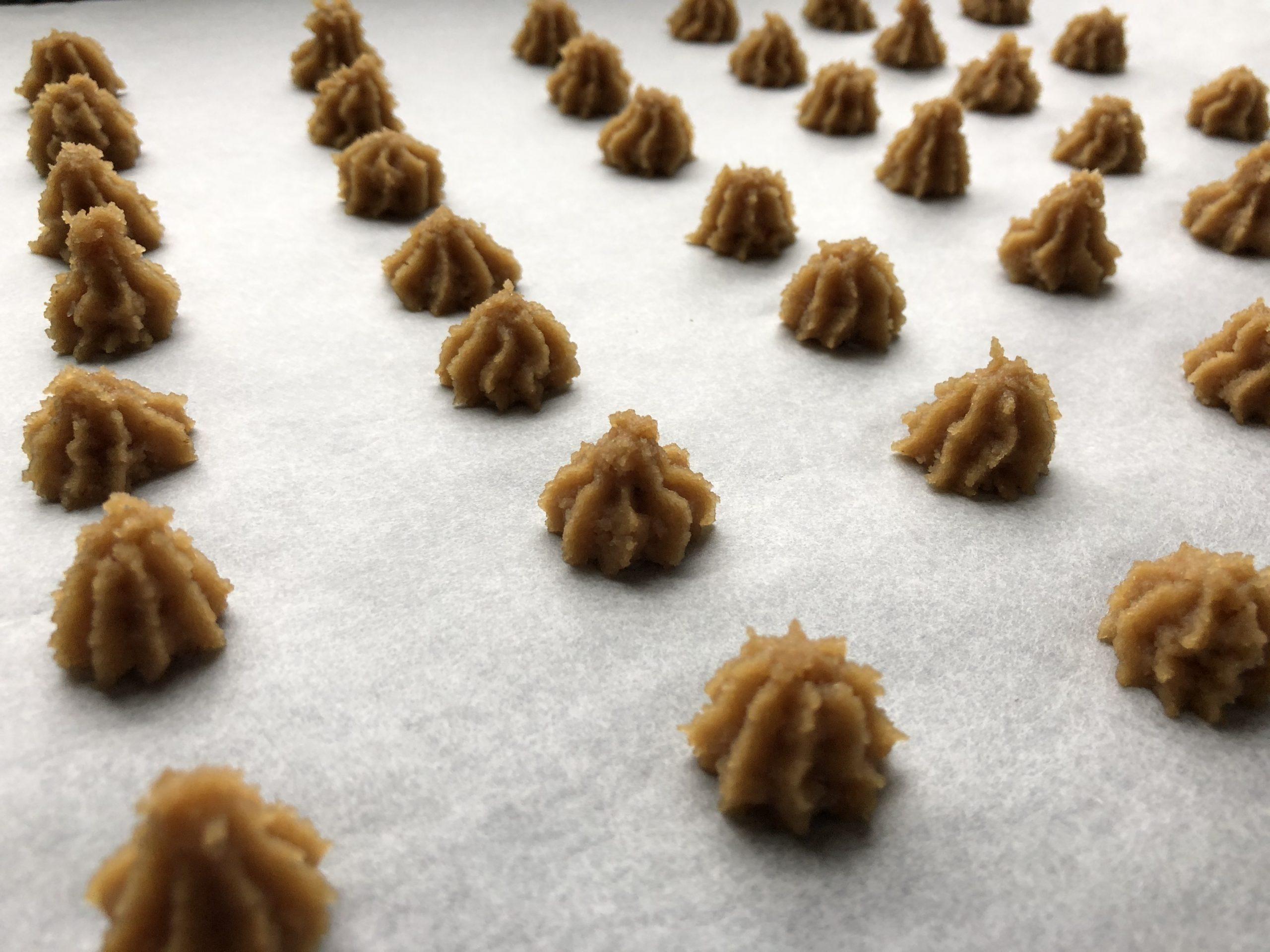 spritsade små mandelbiskvier före gräddning