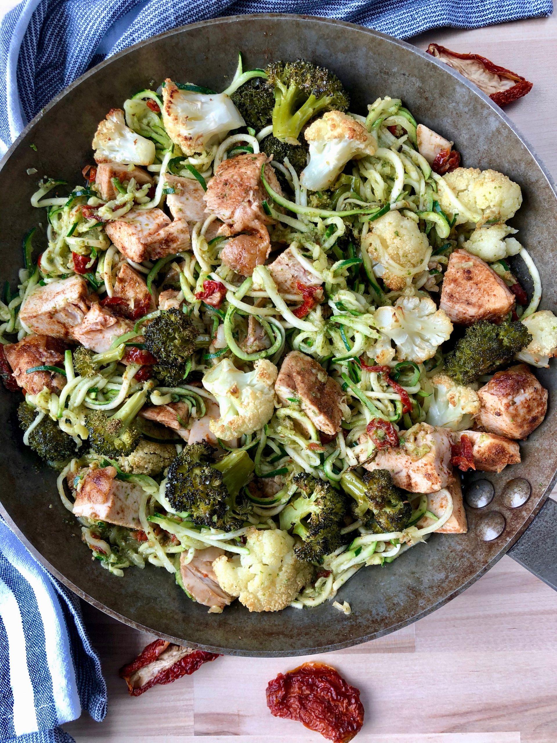 Ljuvlig zucchinipasta med kyckling, pesto och soltorkade tomater. Snabbt, enkelt och gott!