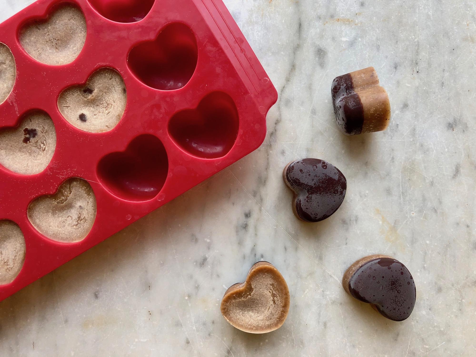 Hjärtliga praliner som lossas från en silikonform