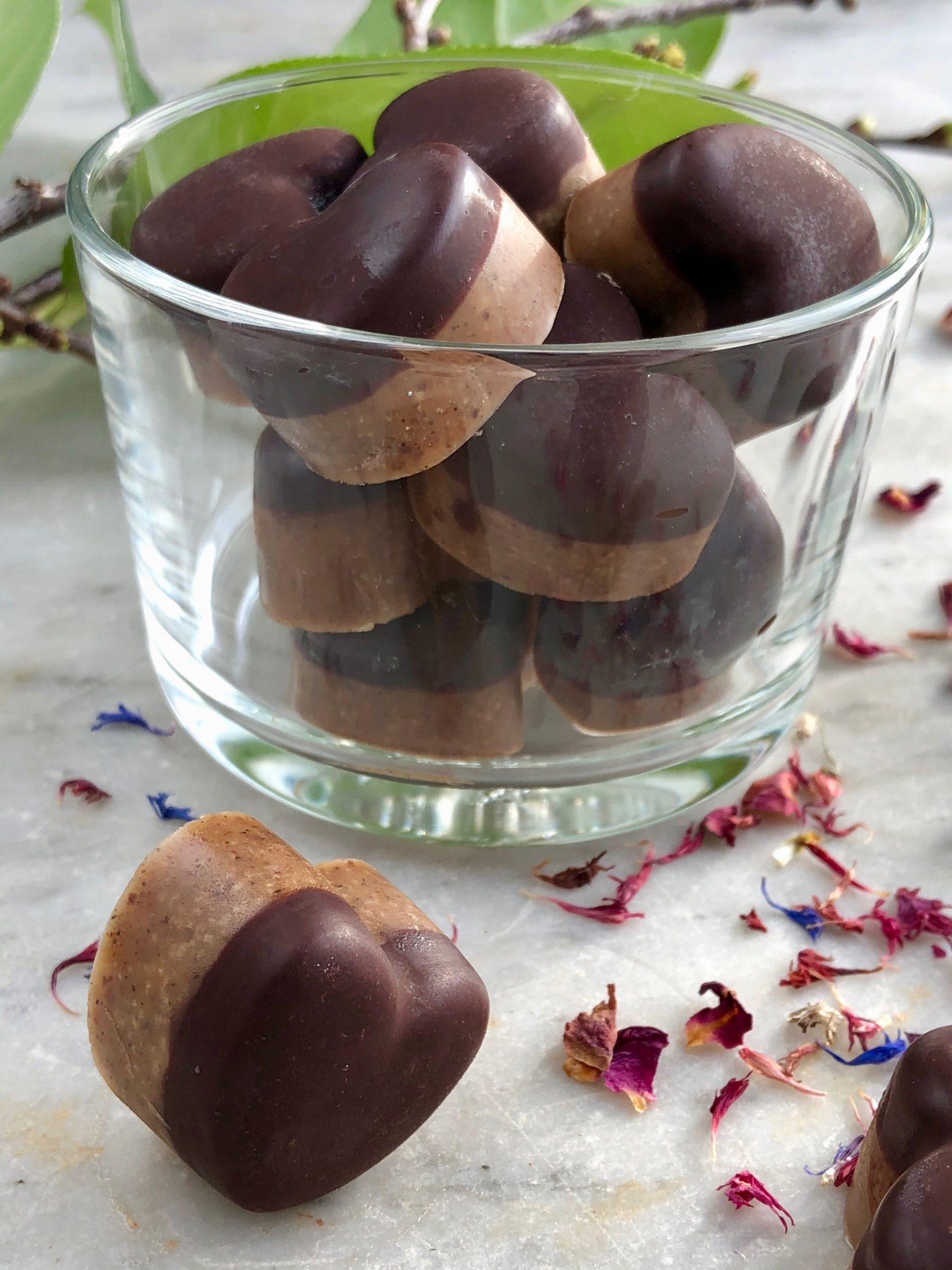 Hjärtliga Praliner i en skål redo att avnjutas