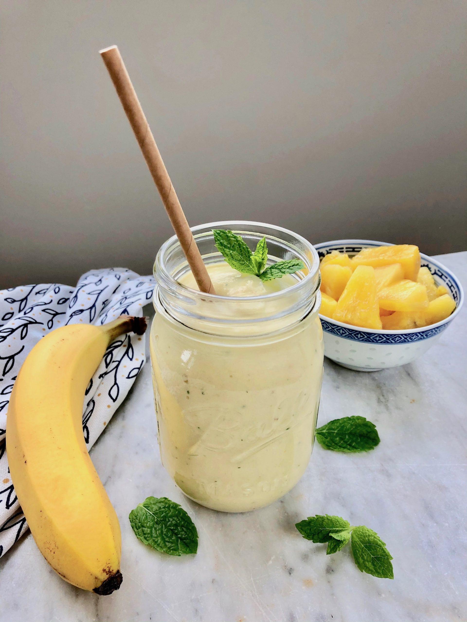 Ananas smoothie med ingefära och mynta redo att avnjutas!