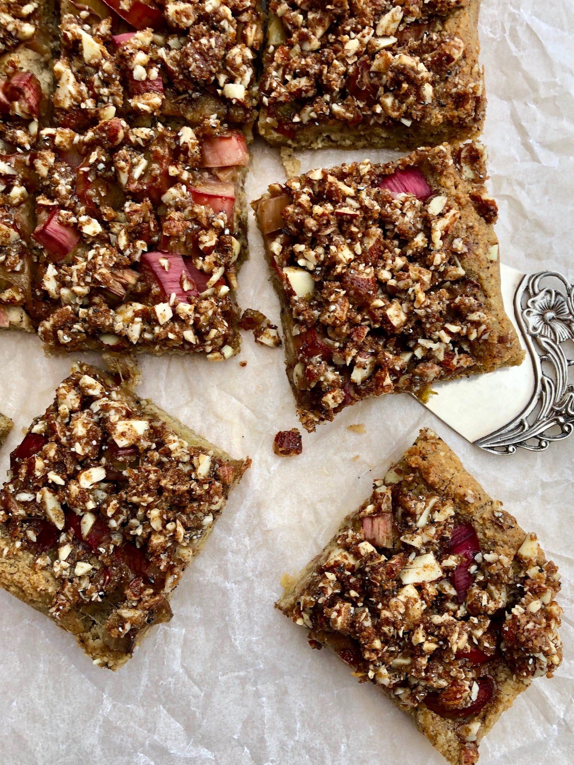 Rabarberkaka - Glutenfri med härlig smak av kardemumma, krispiga nötter och syrliga rabarber!