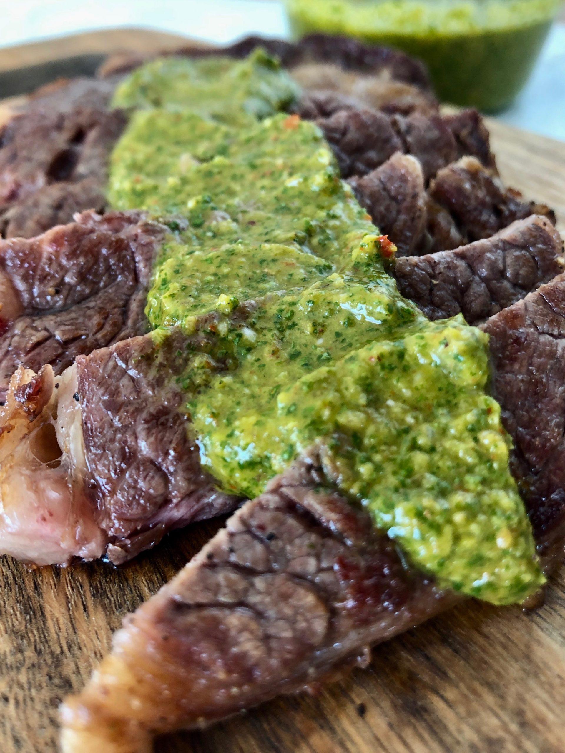 Chimichurry serverad till en fin bit kött