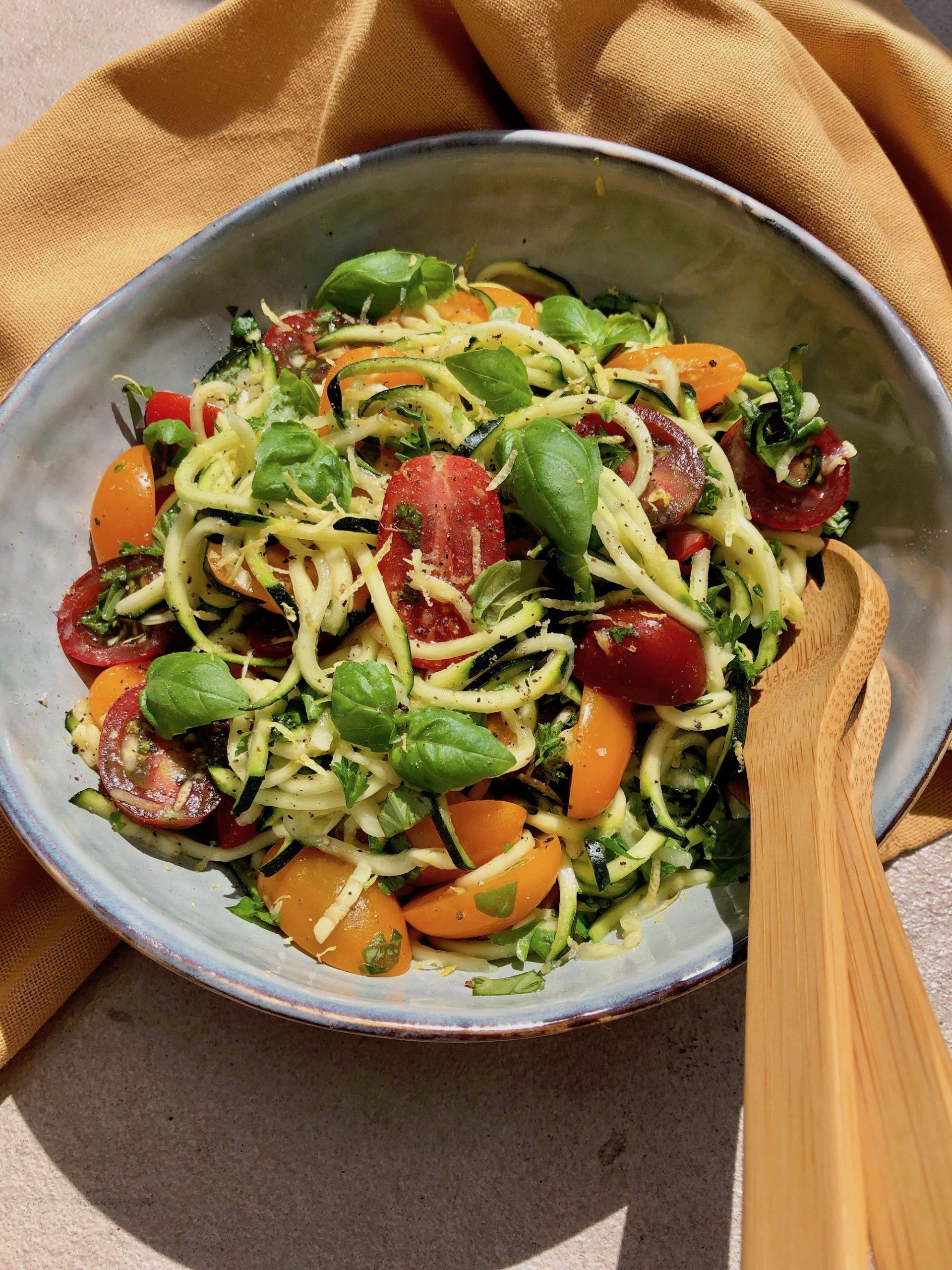 En fräsch grön zucchinisallad med ljuvlig smak av tomat och citron redo att avnjutas!