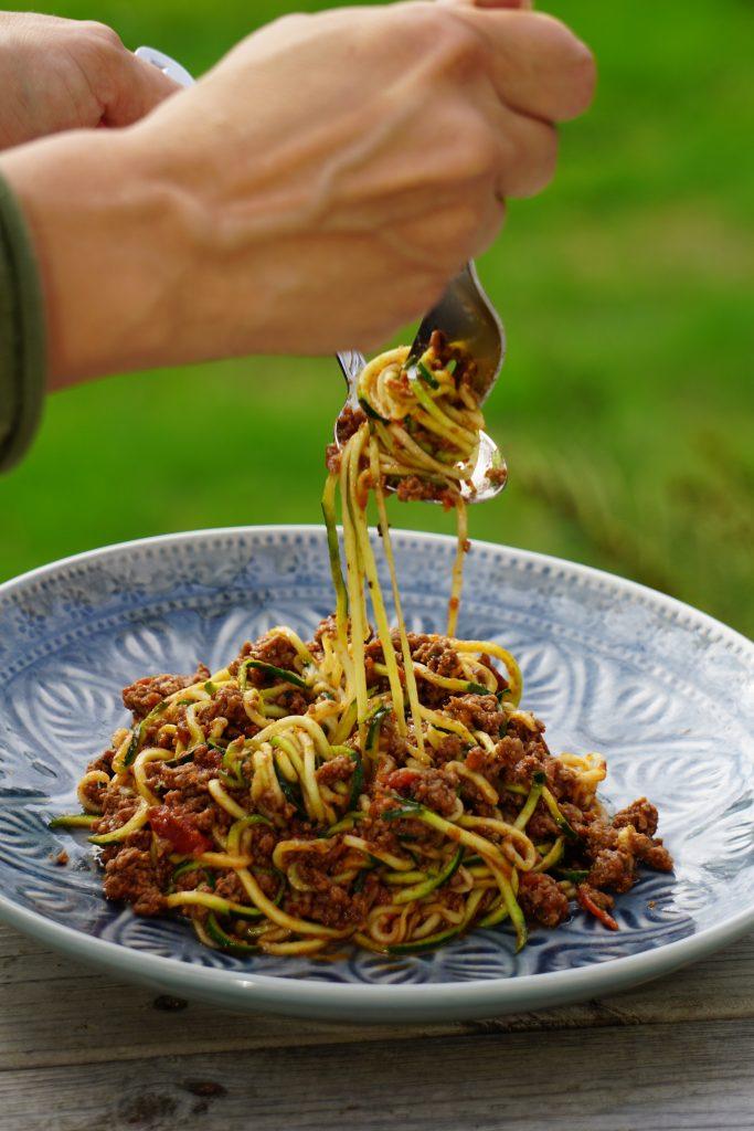 Köttfärssås med zucchinipasta är serverad!